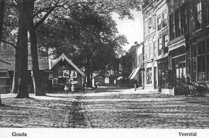 Deze afbeelding heeft een leeg alt-attribuut; de bestandsnaam is 002-De-Veerstal-rond-anno-1918-met-rechts-het-voormalige-pand-van-Endenburg.jpg