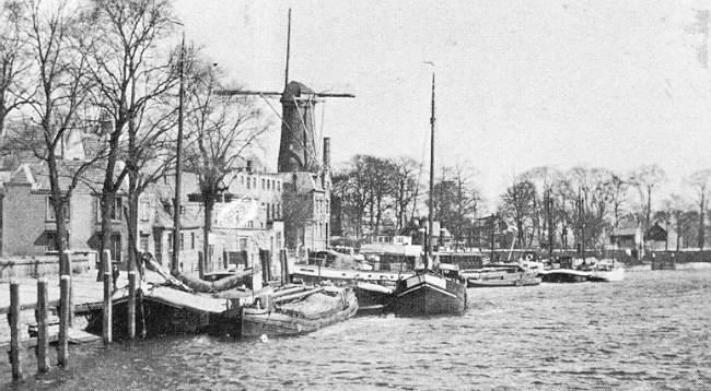 Deze afbeelding heeft een leeg alt-attribuut; de bestandsnaam is 003-Hollandse-IJssel-en-de-kade-aan-de-veerstal-rond-1915.jpg