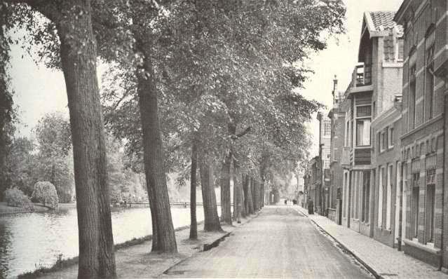 Deze afbeelding heeft een leeg alt-attribuut; de bestandsnaam is 004-Fluwelensingel-1925-met-op-de-achtergrond-de-Doelenbrug.jpg