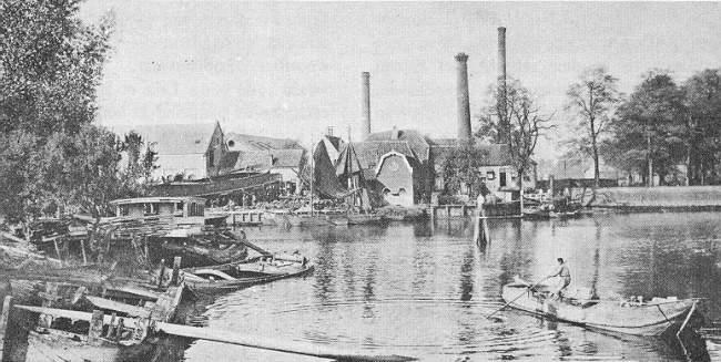 Deze afbeelding heeft een leeg alt-attribuut; de bestandsnaam is 008-Hollandse-IJssel-1904-met-zicht-op-de-schoorsteen-van-de-kaarsenfabriek.jpg