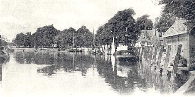 Deze afbeelding heeft een leeg alt-attribuut; de bestandsnaam is 010-Hollandse-IJssel-1902-en-de-aanlegplaats-voor-de-stoomboten-van-Estafette.jpg