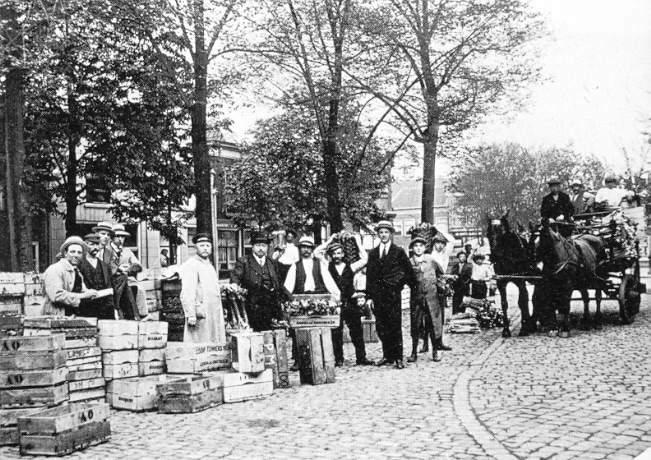 Deze afbeelding heeft een leeg alt-attribuut; de bestandsnaam is 024-Varkensmarkt-1917-hoek-Nieuwemarkt.jpg