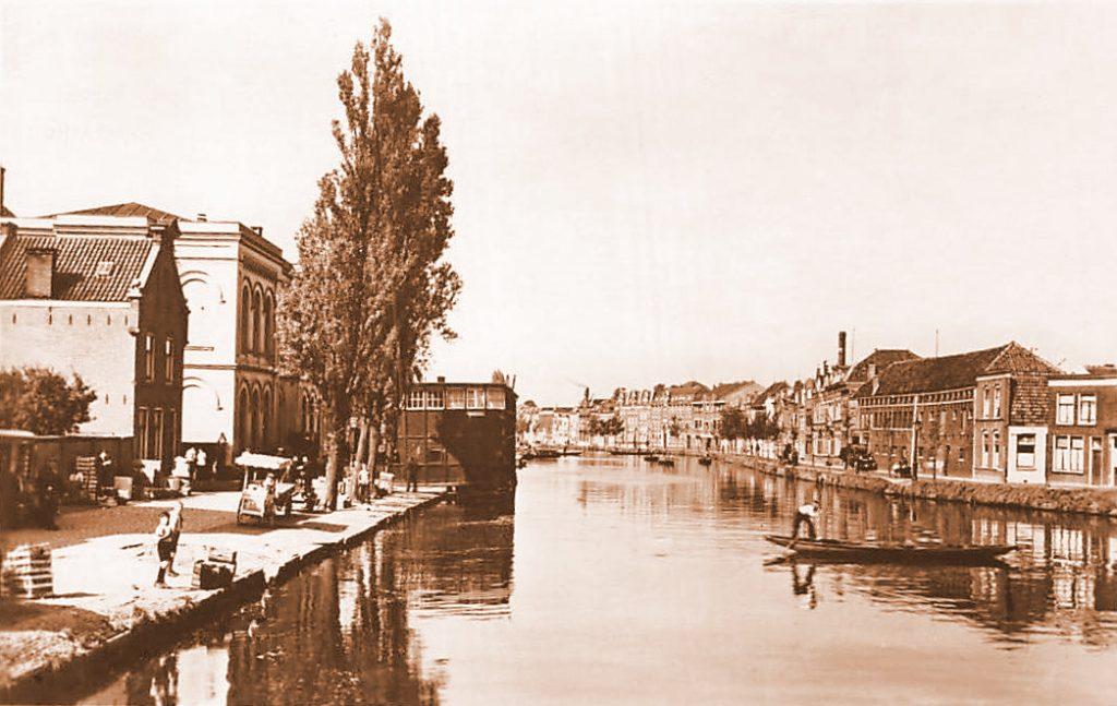 Deze afbeelding heeft een leeg alt-attribuut; de bestandsnaam is Bleekerssingel-Houtmansgracht-met-Groenteveiling-1946-2-1024x647.jpg