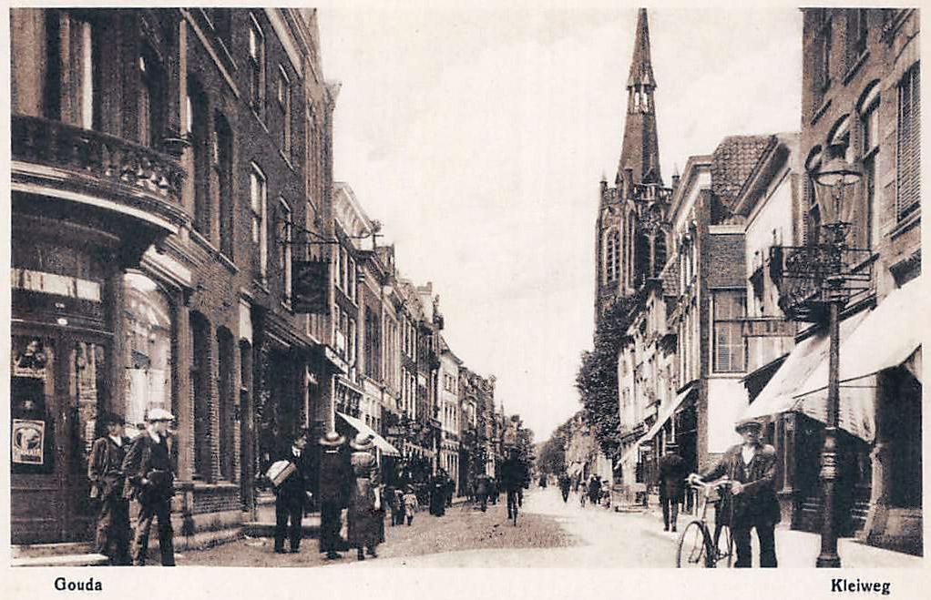 Deze afbeelding heeft een leeg alt-attribuut; de bestandsnaam is Gouda-Kleiweg-met-R.K.-Kerk.jpg